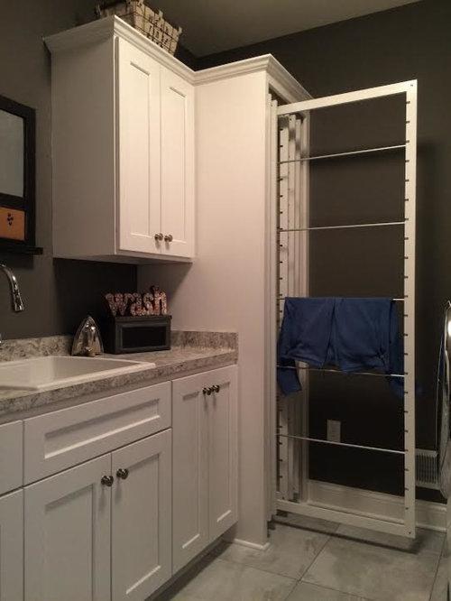 petite buanderie avec un placard avec porte panneau encastr photos et id es d co de buanderies. Black Bedroom Furniture Sets. Home Design Ideas