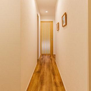 他の地域の小さいアジアンスタイルのおしゃれな廊下 (白い壁、濃色無垢フローリング、茶色い床、クロスの天井、壁紙) の写真
