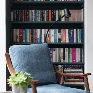 Ispirazione per una grande sala da pranzo design chiusa con pareti blu, parquet chiaro, camino sospeso, cornice del camino in pietra, pavimento beige e soffitto a cassettoni