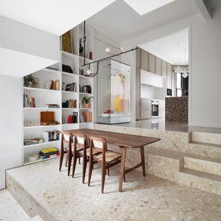 Bild på en funkis matplats med öppen planlösning, med vita väggar och flerfärgat golv
