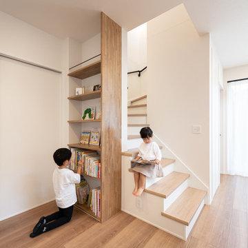 階段横のスペースを有効利用して配した造作のディスプレイカウンター