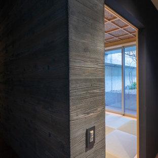 Свежая идея для дизайна: маленький коридор в стиле модернизм с серыми стенами, полом из фанеры и коричневым полом - отличное фото интерьера