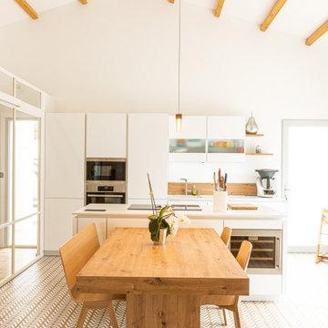 Cuisine contemporaine blanche et bois avec îlot central