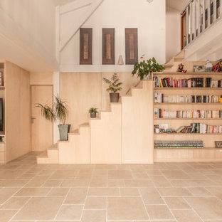 Idee per un grande soggiorno minimal aperto con libreria, pareti multicolore, pavimento in travertino, stufa a legna, parete attrezzata, pavimento beige, travi a vista e pareti in legno