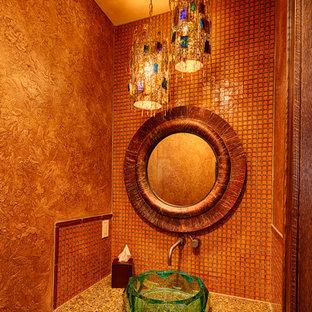 Idee per un piccolo bagno di servizio rustico con lavabo a bacinella, top in vetro riciclato, piastrelle arancioni, piastrelle a mosaico e pareti arancioni