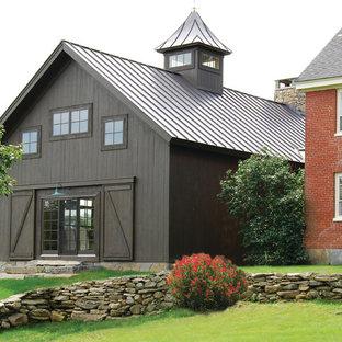 Diseño de fachada campestre, de tamaño medio, de dos plantas, con revestimiento de madera