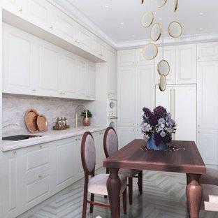 Modelo de cocina comedor en L, clásica renovada, de tamaño medio, sin isla, con fregadero bajoencimera, armarios con paneles con relieve, puertas de armario beige, encimera de cuarcita, salpicadero rosa, electrodomésticos con paneles, suelo de madera clara, suelo beige y encimeras rosas