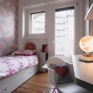 Idéer för små funkis flickrum kombinerat med sovrum och för 4-10-åringar, med flerfärgade väggar, mörkt trägolv och brunt golv