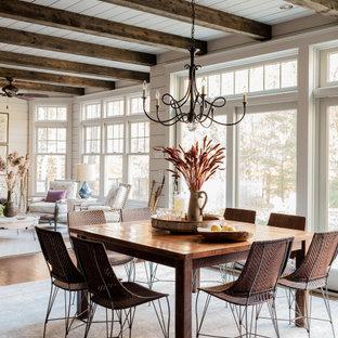 Источник вдохновения для домашнего уюта: большая кухня-столовая в классическом стиле с серыми стенами, темным паркетным полом, коричневым полом, балками на потолке и стенами из вагонки
