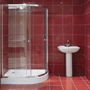 Foto de cuarto de baño de tamaño medio con baldosas y/o azulejos rojos y paredes rojas