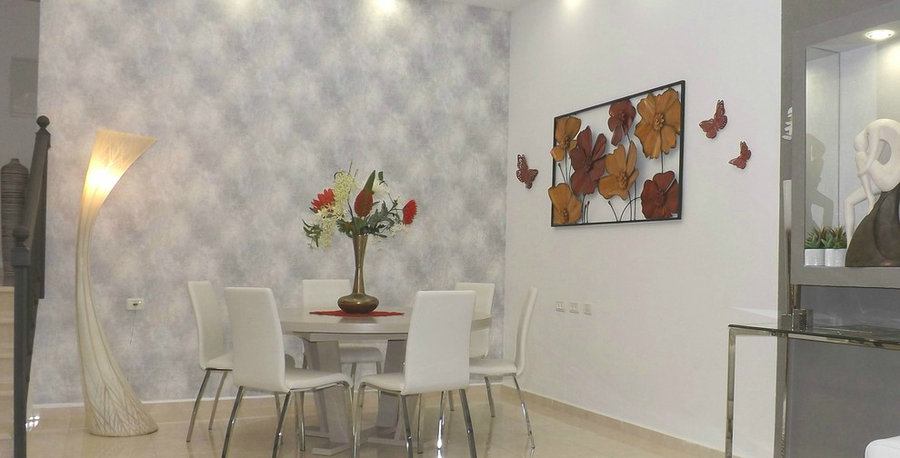 Styling of modern dining room