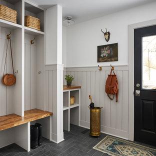Источник вдохновения для домашнего уюта: большая прихожая в стиле кантри с разноцветными стенами, полом из сланца, черным полом и панелями на стенах