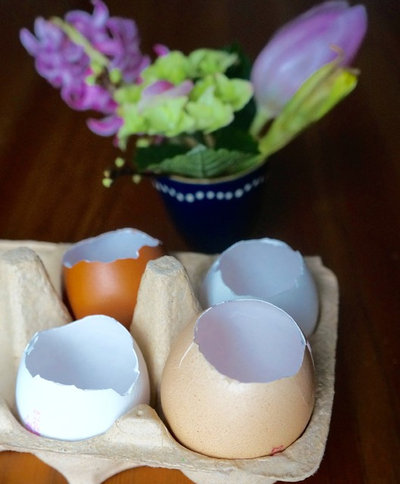 diy fensterdeko f r ostern h ngende eier vasen in nur 3. Black Bedroom Furniture Sets. Home Design Ideas