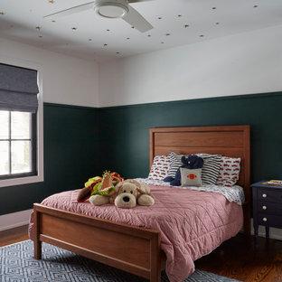 Ispirazione per una cameretta per bambini country di medie dimensioni con pareti verdi, pavimento in legno massello medio, pavimento marrone, soffitto in carta da parati e boiserie