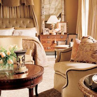 Ispirazione per una grande camera degli ospiti con pareti marroni, pavimento in legno massello medio, camino classico, cornice del camino in pietra, pavimento marrone, soffitto a cassettoni e carta da parati