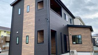 ダーク系の色とビンテージ感のある木質の外壁など、トレンドを盛り込んだ住まい