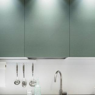 Offenes, Kleines Modernes Esszimmer ohne Kamin mit weißer Wandfarbe, Porzellan-Bodenfliesen, grauem Boden und eingelassener Decke in Bologna