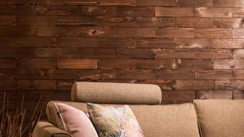 Wood panel wall in a contemporary living room | RAUMHOLZ Walldesign