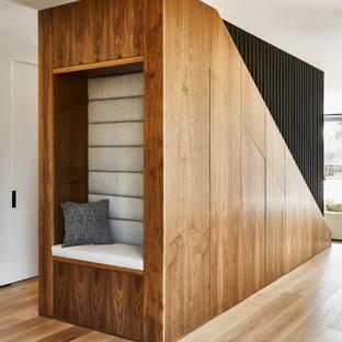 Ispirazione per una scala a rampa dritta design di medie dimensioni con pedata in legno, alzata in legno, parapetto in metallo e pannellatura