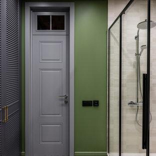 Стильный дизайн: ванная комната в современном стиле с зелеными стенами, душем в нише и душевой кабиной - последний тренд