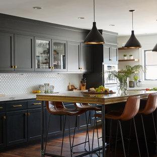 Inspiration för mellanstora klassiska vitt u-kök, med en undermonterad diskho, skåp i shakerstil, svarta skåp, bänkskiva i koppar, vitt stänkskydd, stänkskydd i keramik, rostfria vitvaror, mellanmörkt trägolv, en köksö och brunt golv