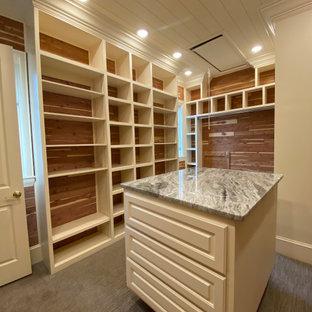 Inspiration för stora moderna walk-in-closets för könsneutrala, med vita skåp, heltäckningsmatta, grått golv och luckor med upphöjd panel