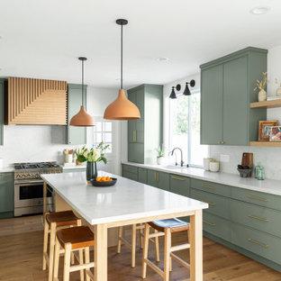 オレンジカウンティのコンテンポラリースタイルのおしゃれなキッチン (アンダーカウンターシンク、シェーカースタイル扉のキャビネット、緑のキャビネット、クオーツストーンカウンター、マルチカラーのキッチンパネル、クオーツストーンのキッチンパネル、パネルと同色の調理設備、無垢フローリング、茶色い床、白いキッチンカウンター) の写真