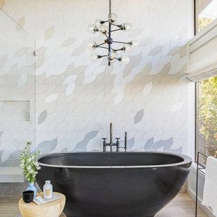Foto på ett stort funkis en-suite badrum, med ett fristående badkar, en kantlös dusch, beige kakel, grå kakel och beiget golv