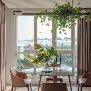 Источник вдохновения для домашнего уюта: столовая в современном стиле с белыми стенами, светлым паркетным полом, бежевым полом и панелями на части стены
