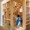 多機能な「棚階段」が楽しい、家族のための狭小住宅