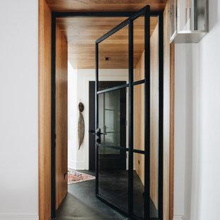 Cette image montre un couloir bohème avec un mur marron, un sol marron et du lambris.