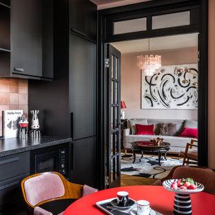 Свежая идея для дизайна: отдельная, угловая кухня среднего размера в стиле неоклассика (современная классика) с накладной раковиной, плоскими фасадами, черными фасадами, столешницей из акрилового камня, розовым фартуком, фартуком из керамической плитки, черной техникой, паркетным полом среднего тона и черной столешницей без острова - отличное фото интерьера