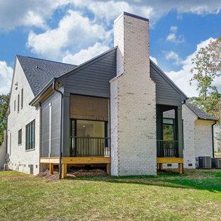 Idéer för att renovera ett stort vitt hus, med två våningar, sadeltak och tak i shingel