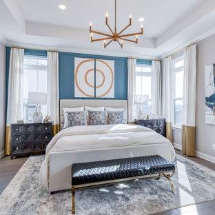 Idéer för att renovera ett vintage sovrum, med grå väggar, mörkt trägolv och brunt golv