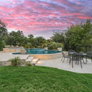 Ispirazione per una grande piscina naturale chic personalizzata dietro casa con pedane