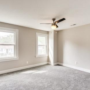 ボルチモアの広いトラディショナルスタイルのおしゃれな主寝室 (ベージュの壁、カーペット敷き、グレーの床、ベージュの天井) のインテリア