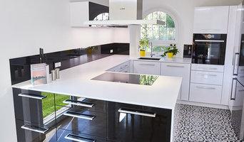 Edle Küche in Schwarz / Weiß mit Jugendstil Fliesen