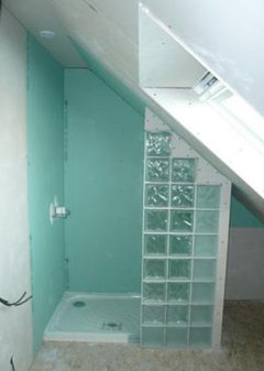 sous la sous pente la plus basse et mettre votre douche cot avec une paroi de brique en verre entre le wc et la douche deux exemples en photos - Paroi De Douche Sous Pente