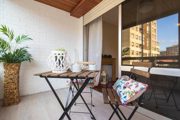 Transitional Balcony by jaioneelizalde estilismo inmobiliario/Home Staging