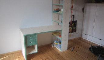 Kleiner Schreibtisch mit Regal