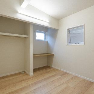 Esempio di una cameretta da letto moderna con pavimento in compensato e soffitto in carta da parati