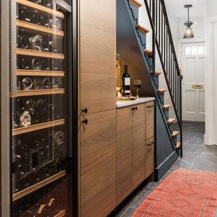 Foto di una piccola scala minimalista con alzata in legno, parapetto in metallo e pareti in legno