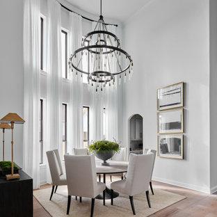 Ispirazione per una sala da pranzo aperta verso il soggiorno tradizionale di medie dimensioni con pareti bianche, parquet chiaro e pavimento grigio