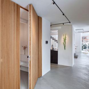 Großer Moderner Eingang mit Foyer, weißer Wandfarbe, Betonboden und grauem Boden in Düsseldorf