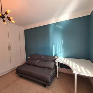 ロンドンの中くらいのモダンスタイルのおしゃれなアトリエ・スタジオ (青い壁、カーペット敷き、自立型机、ベージュの床、折り上げ天井) の写真