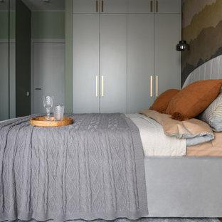 На фото: хозяйская спальня среднего размера в современном стиле с серыми стенами, пробковым полом, коричневым полом и акцентной стеной