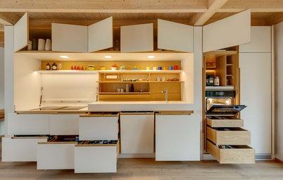 Viel versteckter Stauraum: Einzeilige Schreinerküche in Weiß und Eiche