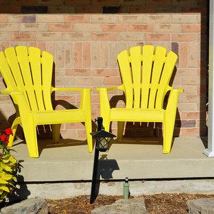 Foto di un piccolo patio o portico american style davanti casa con un giardino in vaso, lastre di cemento e nessuna copertura