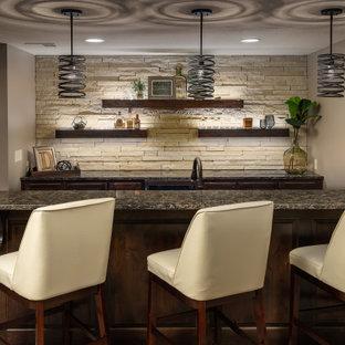 カンザスシティの中くらいのトランジショナルスタイルのおしゃれな着席型バー (I型、ウォールシェルフ、濃色木目調キャビネット、御影石カウンター、茶色いキッチンカウンター) の写真
