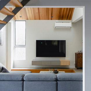 大阪の中くらいのアジアンスタイルのおしゃれなリビング (茶色い壁、無垢フローリング、暖炉なし、壁掛け型テレビ、グレーの床、板張り天井、板張り壁) の写真